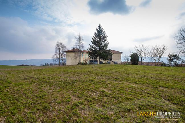 Langhe farmhouse in stunning location-3