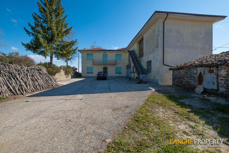 Langhe farmhouse in stunning location