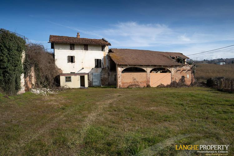Langhe farmhouse for restoration
