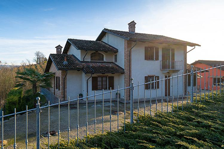 Two-family home in Barolo area