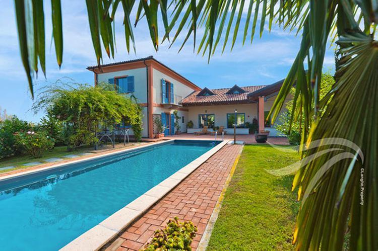 Luxury villa in Barolo area