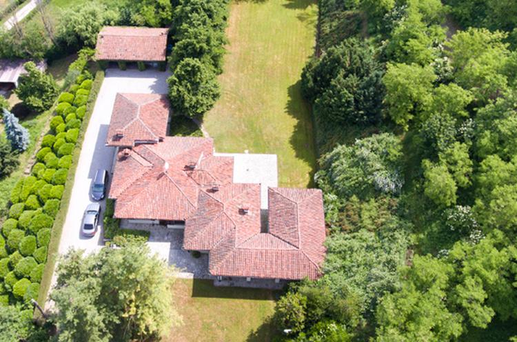 Villa with pool and tennis court
