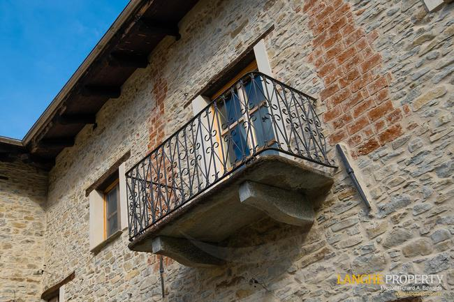 Fully restored La Langhe farmhouse-4